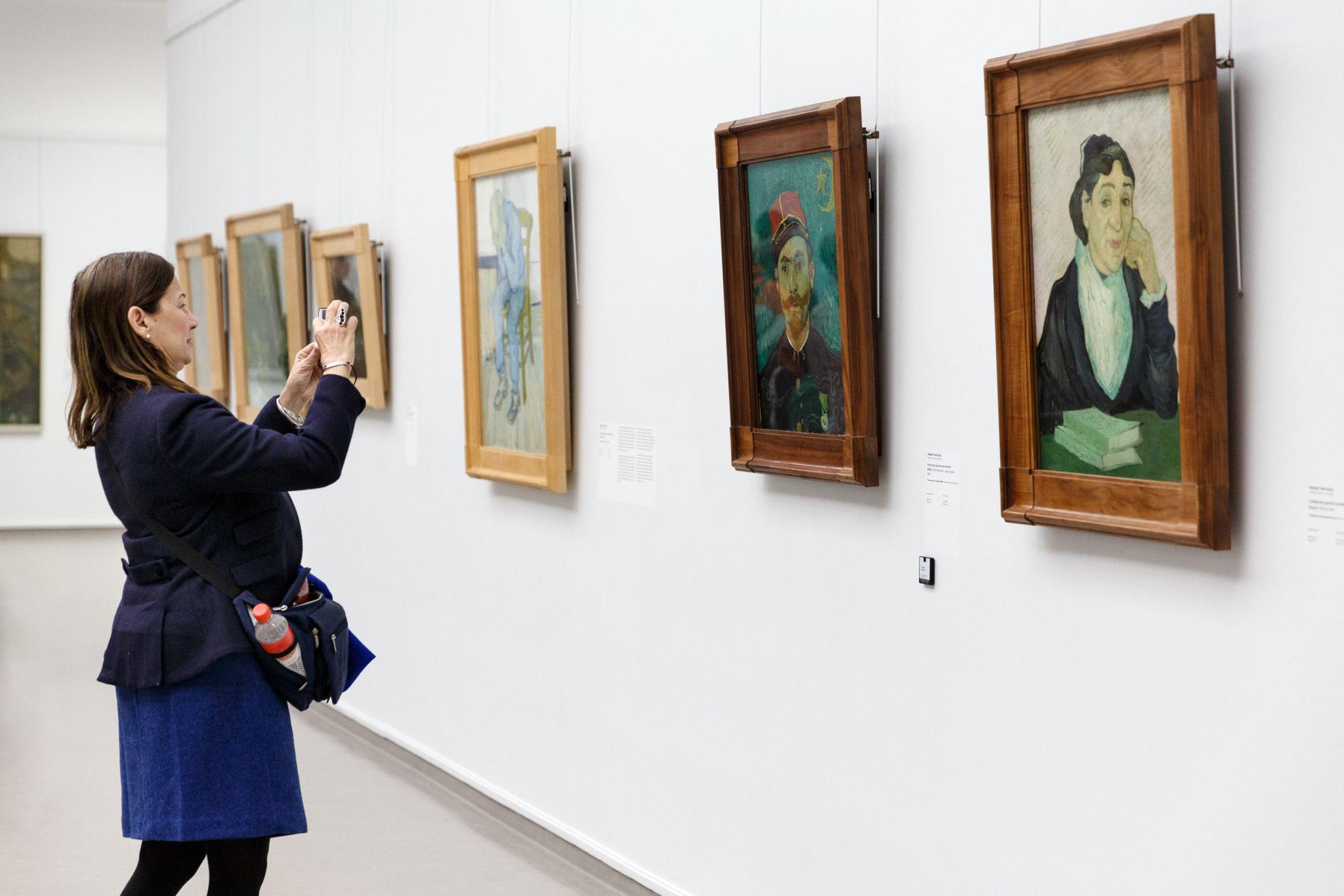 Large-Bezoeker in de Van Gogh Galerij - Visitor in the Van Gogh Gallery, photo_ Wieneke Hofland